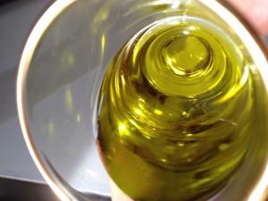 黄金色に輝く酸度0.115%の小豆島産エキストラバージンオリーブオイル