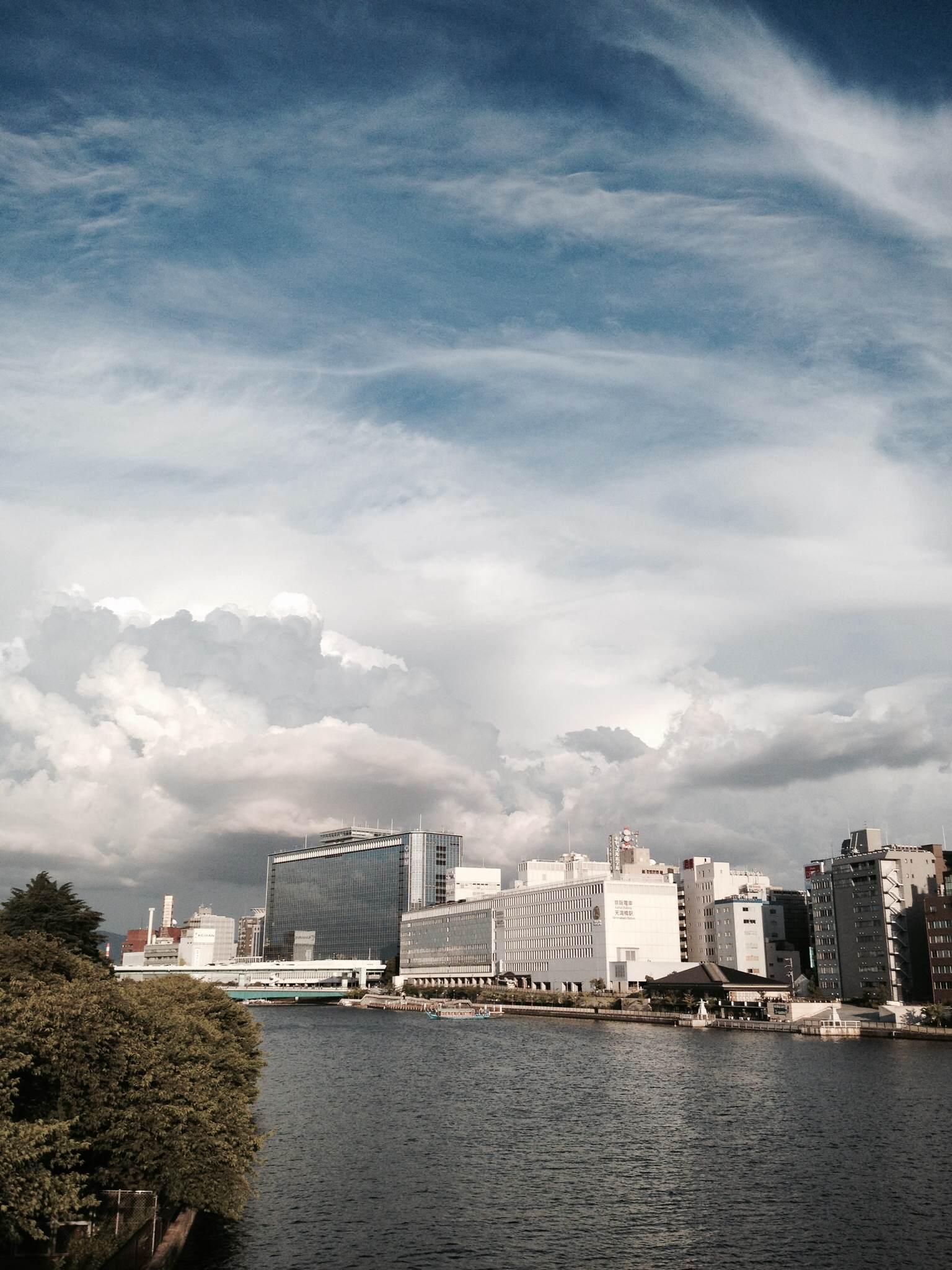 天満橋周辺の雲は悲しみの渦を巻いていた